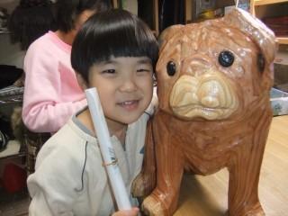 パグの顔を黒くしようか。動物の彫刻、梟、蛙、鳶、犬