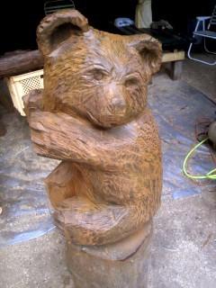 置物置きのクマの彫刻。チェーンソーとか、ゴルフクラブとか