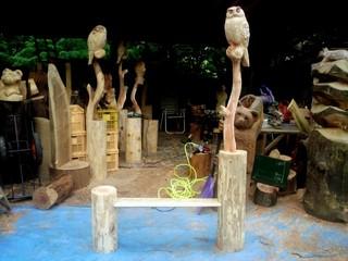 フクロウと止り木をモチーフ、フクロウ彫刻チェンソーアートベンチ