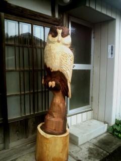 フクロウ彫刻が玄関前でお出迎え