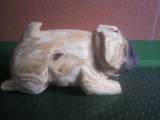 パグ犬彫刻チェーンソーアート