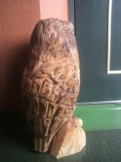 玄関先の置物にフクロウ彫刻チェーンソーアート