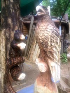 イーグルとリスの彫刻チェーンソーアート