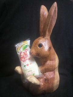 木彫りウサギ形の一木造りマヨネーズホルダー