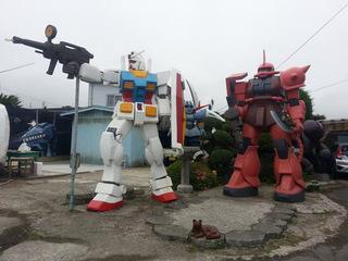 青森のガンダムと赤い彗星シャア専用ザクとネコ