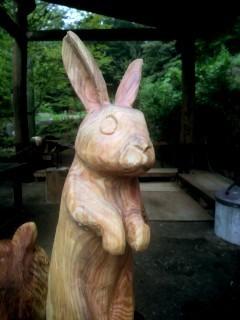 チェーンソーアート彫刻ウサギ